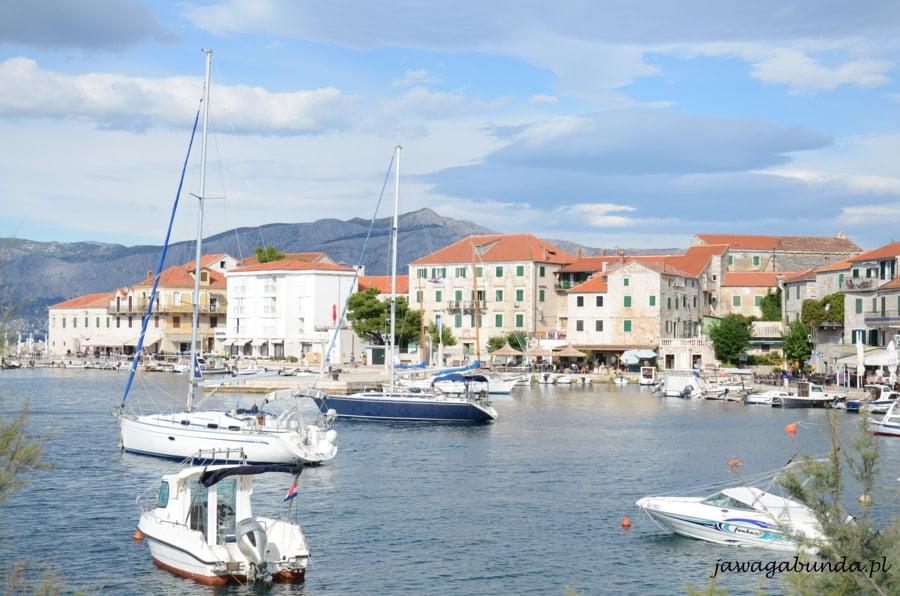 miasteczko nad morzem, na pierwszym planie jachty