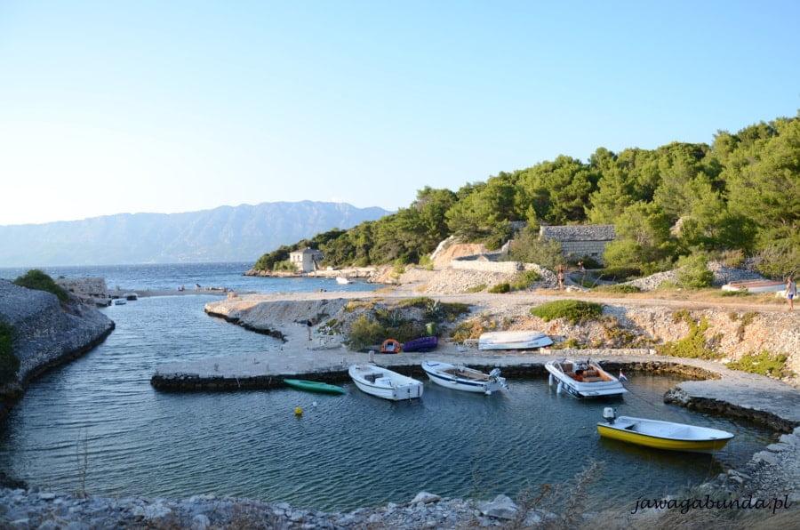 mała zatoka na morzu i łódki
