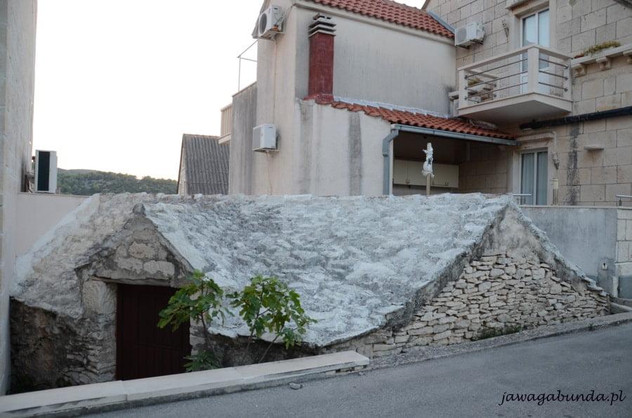 kamienne domy stare i nowe