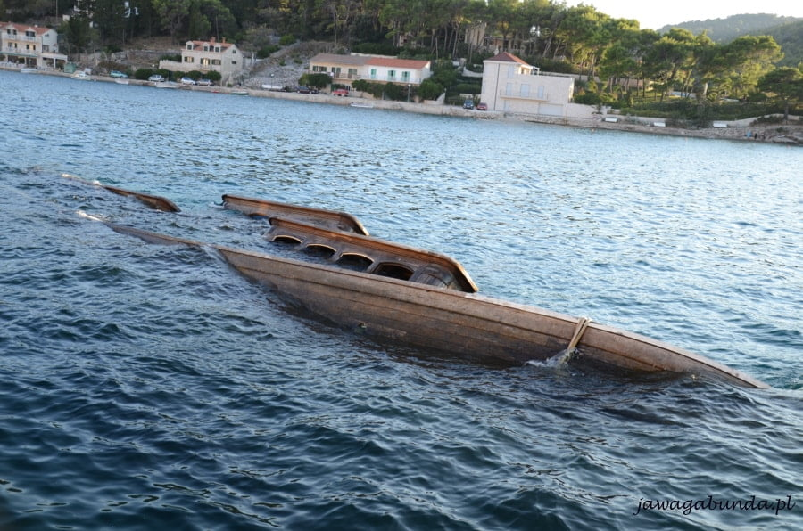 częściowo zatopiona łódź w morzu