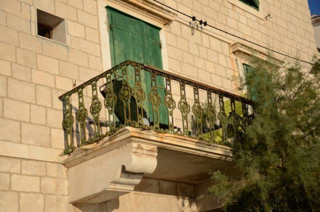 balkonik na kamiennym domu