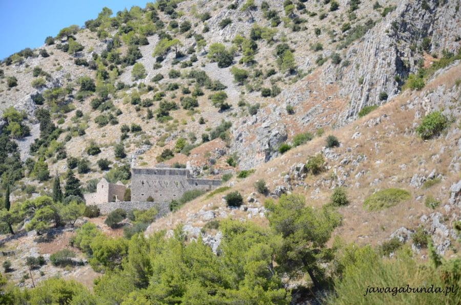 kamienny klasztor ukryty wśród gór