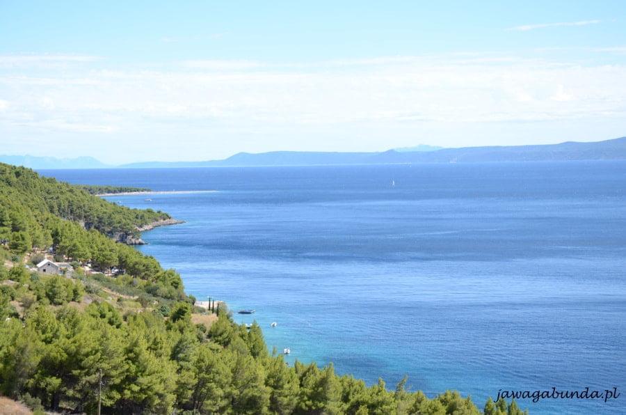 niebieskie morze o kilku odcieniach a z przodu wzgórza