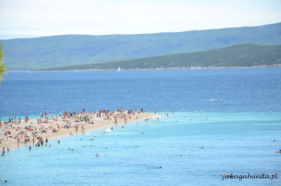 wąski pasek lądu pokryty kamieniami pomiędzy morzem o dwóch kolorachh
