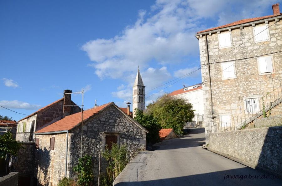 ulica wokół niej kamienne domy