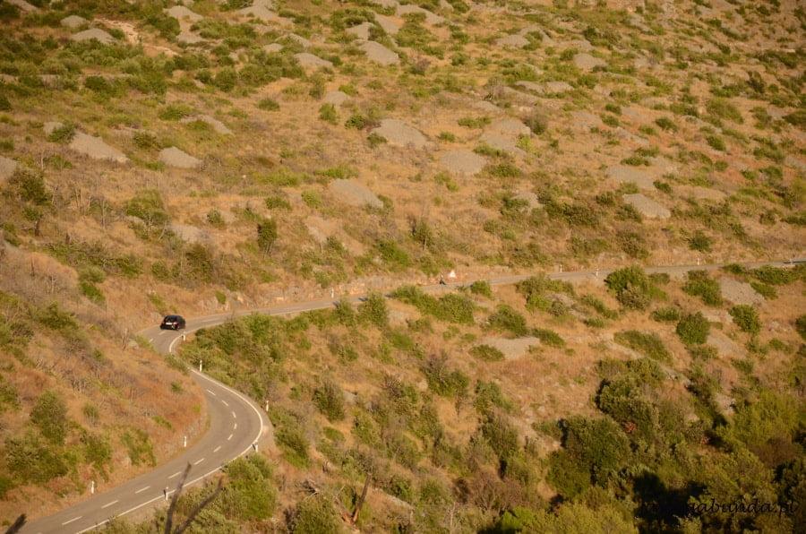 droga wijąca się wśród skał