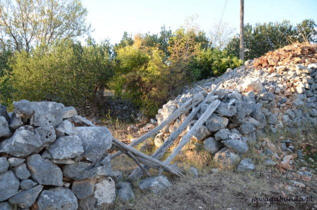 kamienie poukładane w słupki na polach na Brac