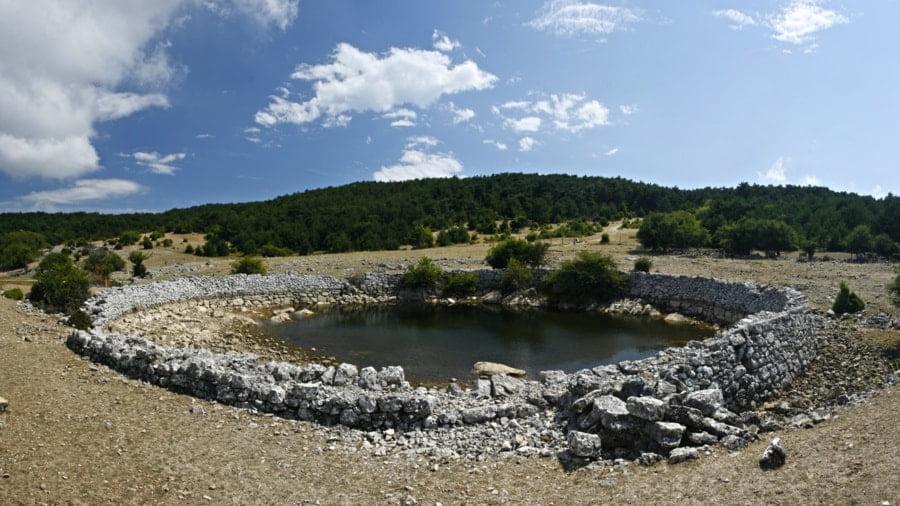 zbiorniki wodne otoczone kamieniami