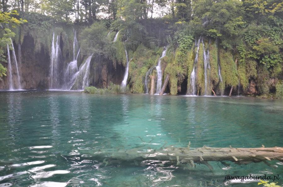 Wodospad i szmaragdowy kolor wody w jeziorze
