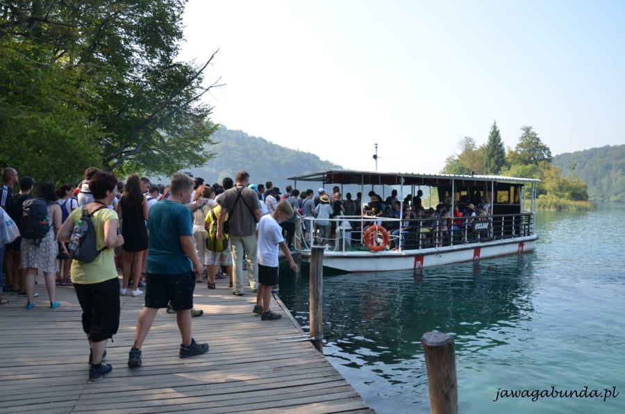 statek na jeziorze i dużo ludzi