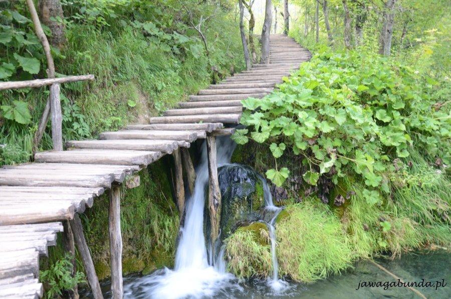 pomost drewniany nad małym wodospadem