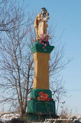 kapliczki przydrożne zbudowane z kamienia .pomalowane na pastelowe kolory.ogrodzone płotkiem