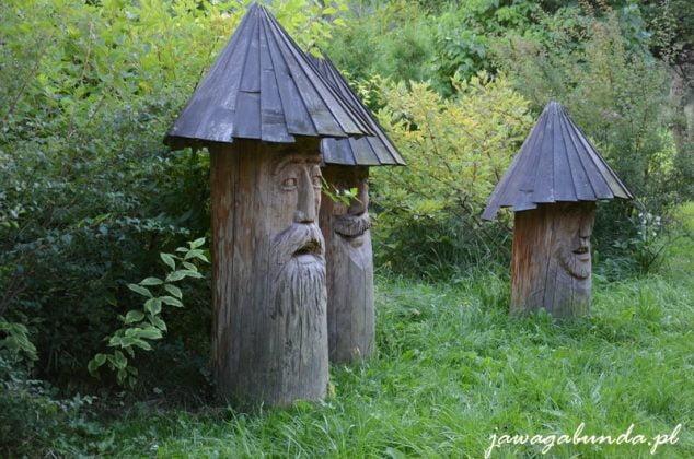 ule wyrzeźbione w pniach drzew