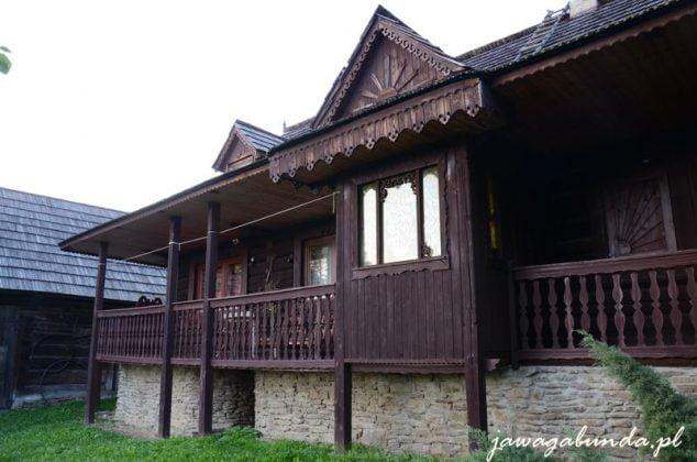 drewniana chata z ładnie zdobionym fachem