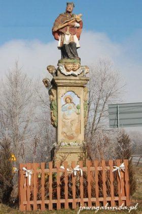 Figura z postaciami świętych wykonana z kamienia