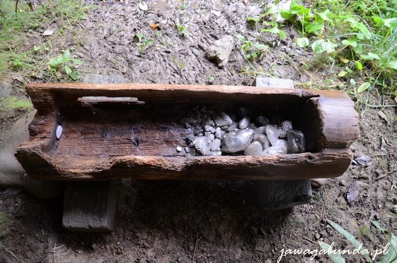 drewniane korytko a w nim kawałki soli - lizawka dla zwierząt leśnych