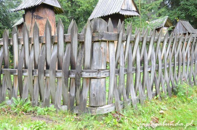 tyniorki drewniany płot robiony bez użycia gwoździ .Moczony, wyginany w łuk i przeplatany wokół dwóch, głównych desek