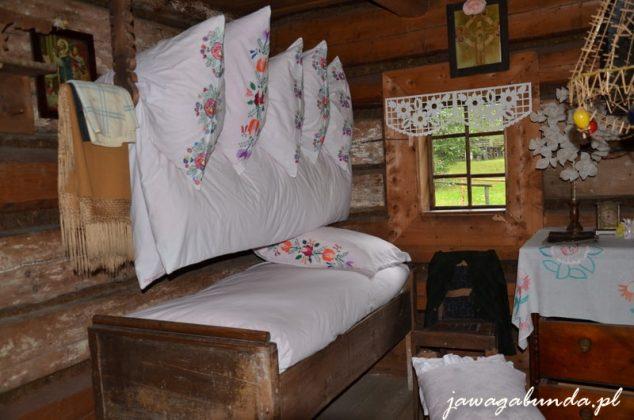 pierzyny i poduszki bogato zdobione zawieszone na sznurze pod sufitem