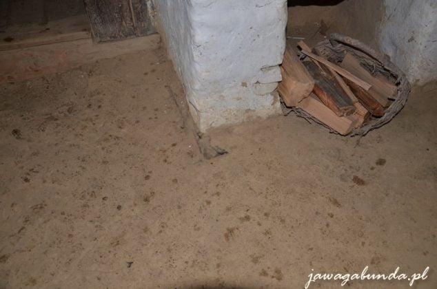 podłoga zrobiona z gliny