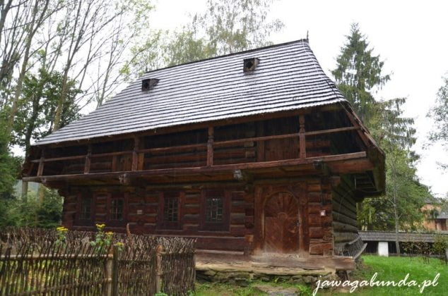 drewniana orawska chata z balkonem co wskazuje że mieszkała w niej bogatsza, wiejska rodzina
