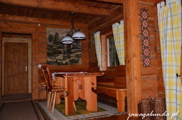 wnętrze drewnianej chaty - stół z krzesłami