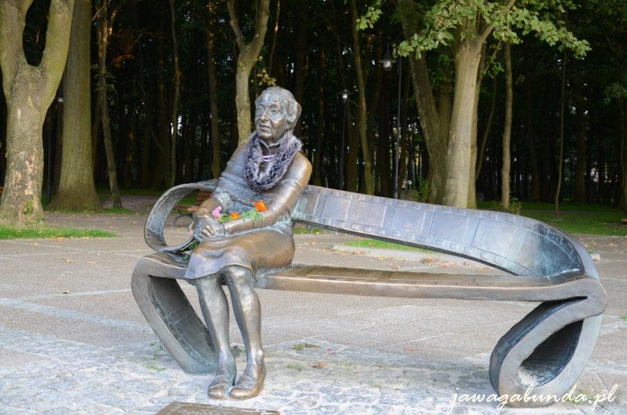 ławeczka metalowa a na niej pomnik siedzącej aktorki Ireny Kwiatkowskiej
