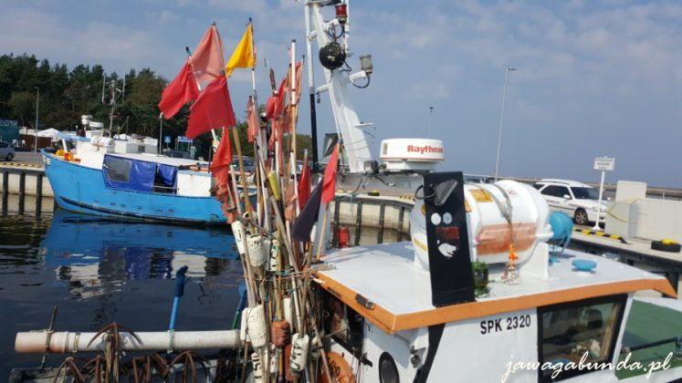 kuter rybacki z kolorowymi flagami