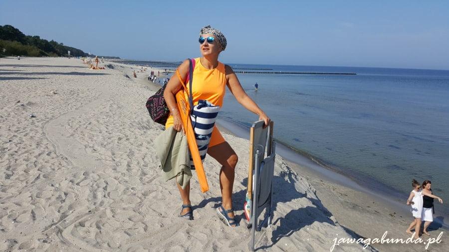 kobieta na plaży w okularach przeciwsłonecznych