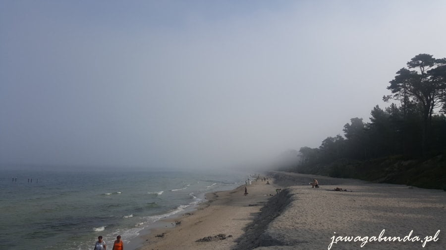 plaza piaszczysta i mgła nad morzem i plażą