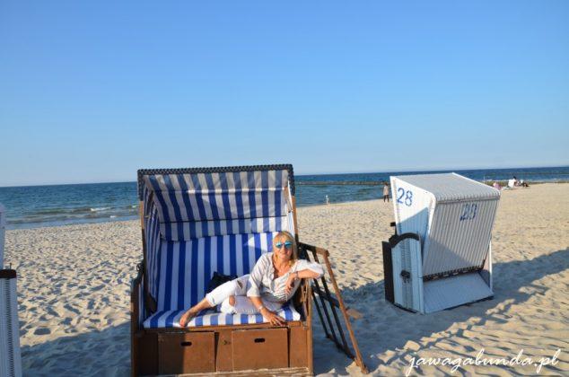 kobieta wypoczywająca w plażowym koszu