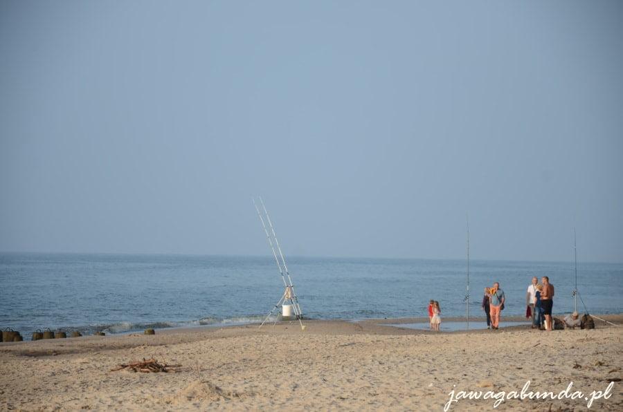 ludzie chodzący po wodzie w morzu