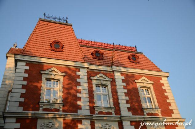 budynek z czerwonej cegły z gzymsami