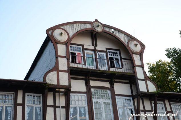 budynek z półokrągłym dachem