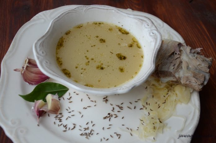 Zupa z kiszonej kapusty na talerzu i kawałek żeberka