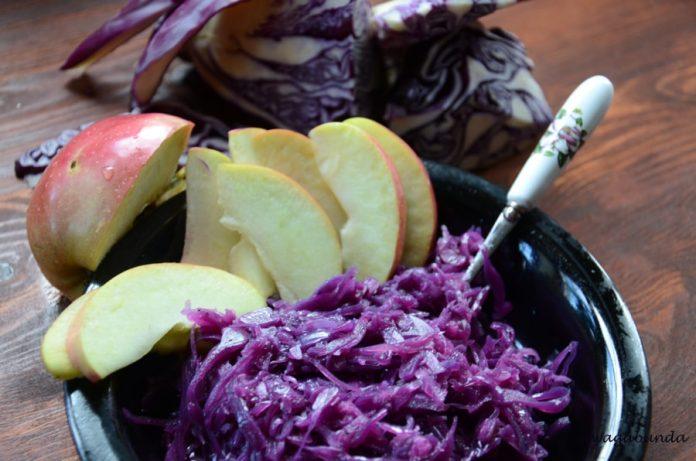 Czerwona kapusta na talerzu i jabłka