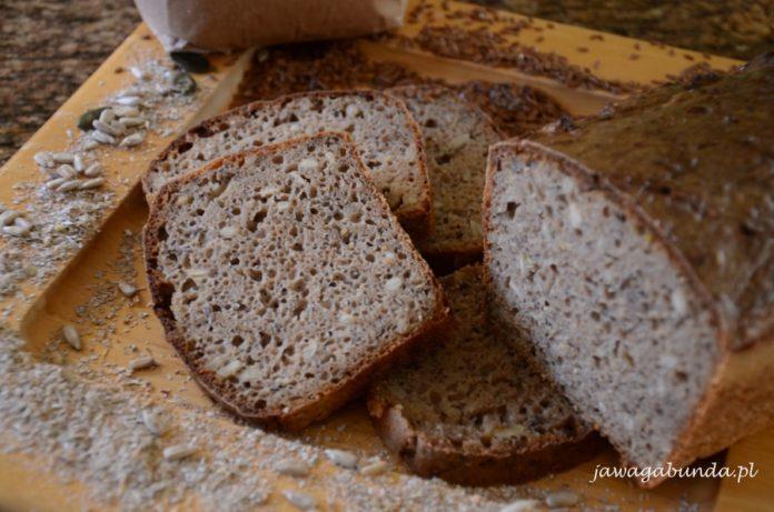 chleb, kromki chleba i rozsypane ziarna