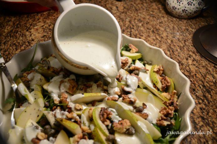 misa z sałatką z rukoli i gruszki wzbogacona smakiem sosu jogurtowego