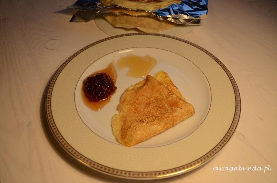 nalesnik na talerzu i dwa rodzaje dżemu