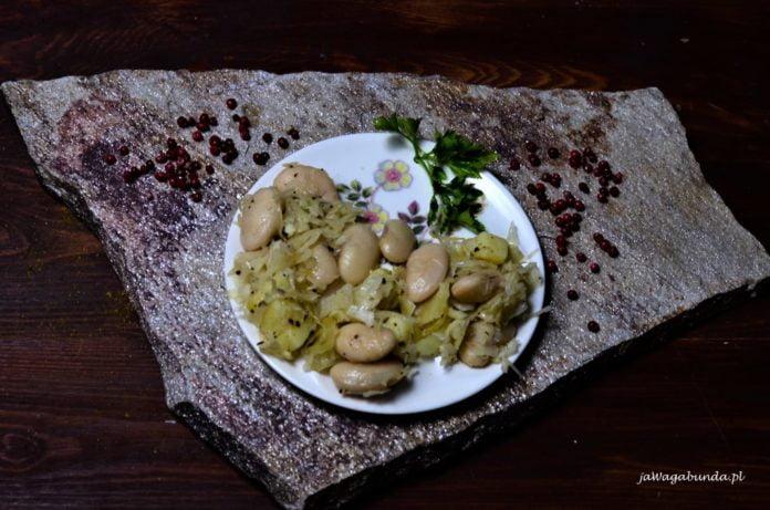 sałatka z ziemniaków , fasoli i kiszonej kapusty