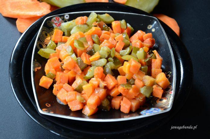surówka z marchewki i ogórka kiszonego