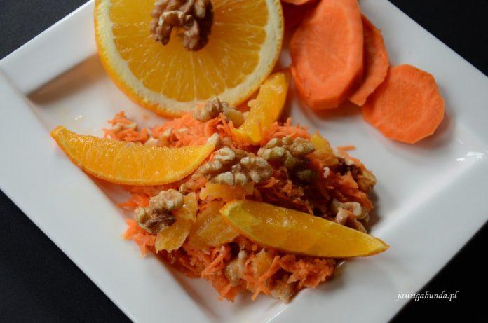 surówka na talerzu z pomarańczy i marchewki