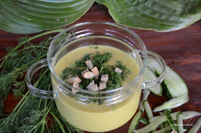 zupa z zielonych ogórków w przeźroczystym pojemniku