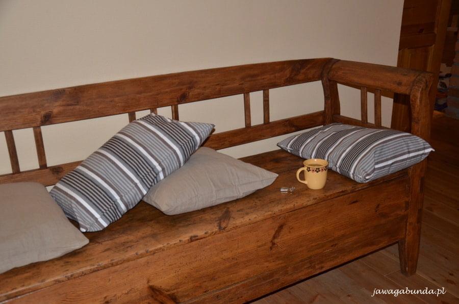 ławka z poduszkami