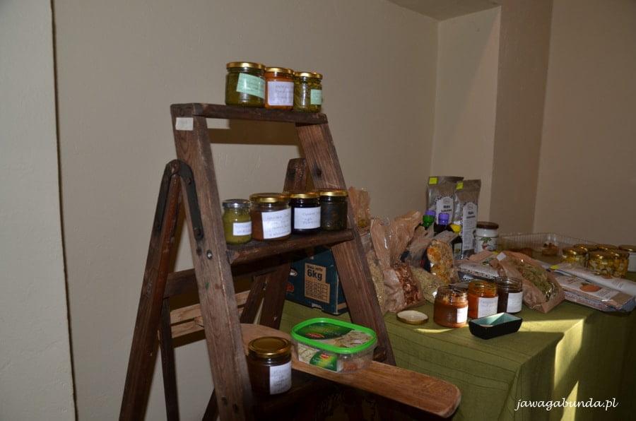 produkty spożywcze stojące na stojaku