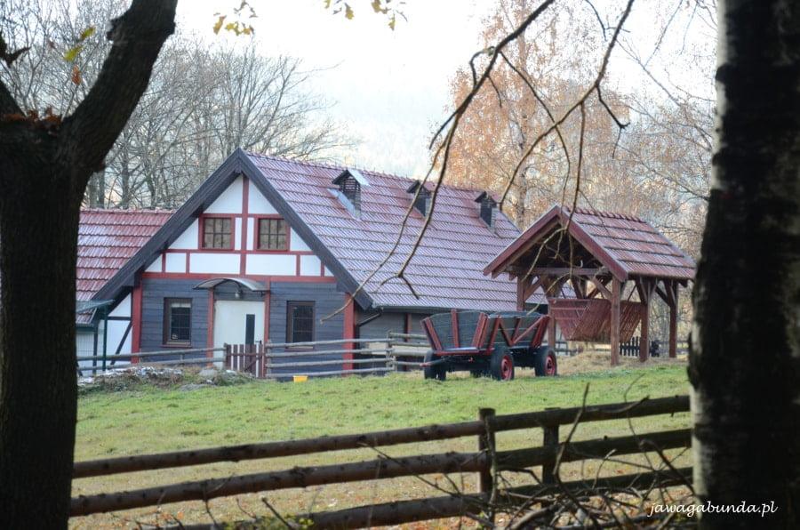 dom stojący za ogrodzeniem