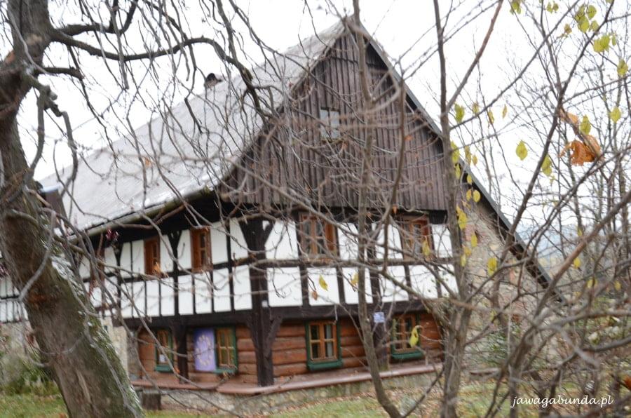 dom drewniany z białymi wstawkami
