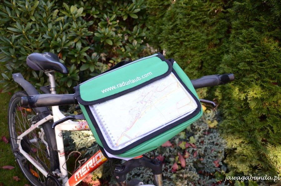 sakwa przymocowana na kierownicy roweru