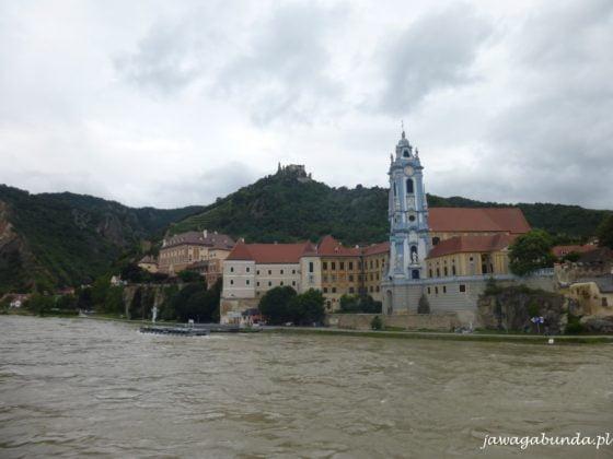 miasteczko z zabudowaniami i niebieską wieża