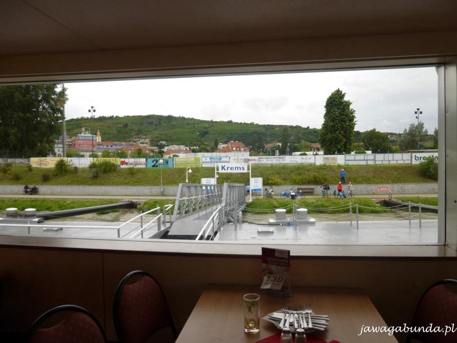 widok z pokładu statku na brzeg miasta Krems