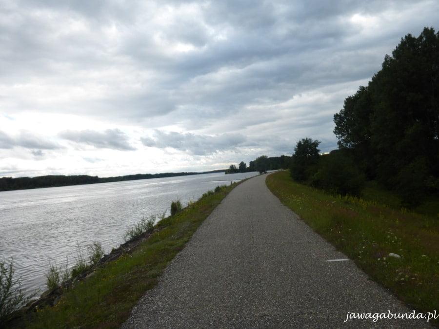 droga biegnąca obok rzeki